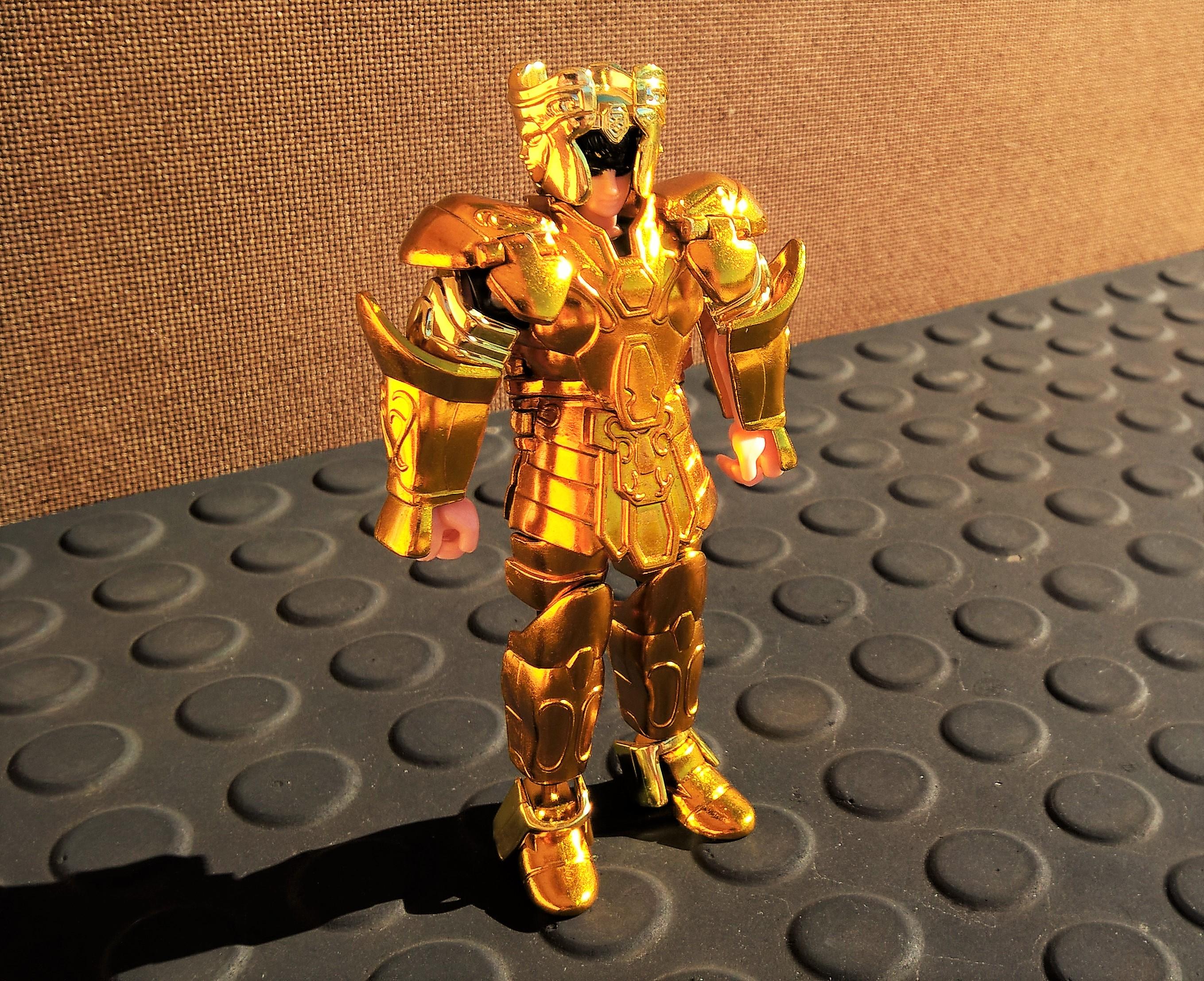 Cavaleiro de Ouro Saga de Gêmeos da coleção de 2003. O tom dourado dos bonecos desta edição destoa dos de 1987