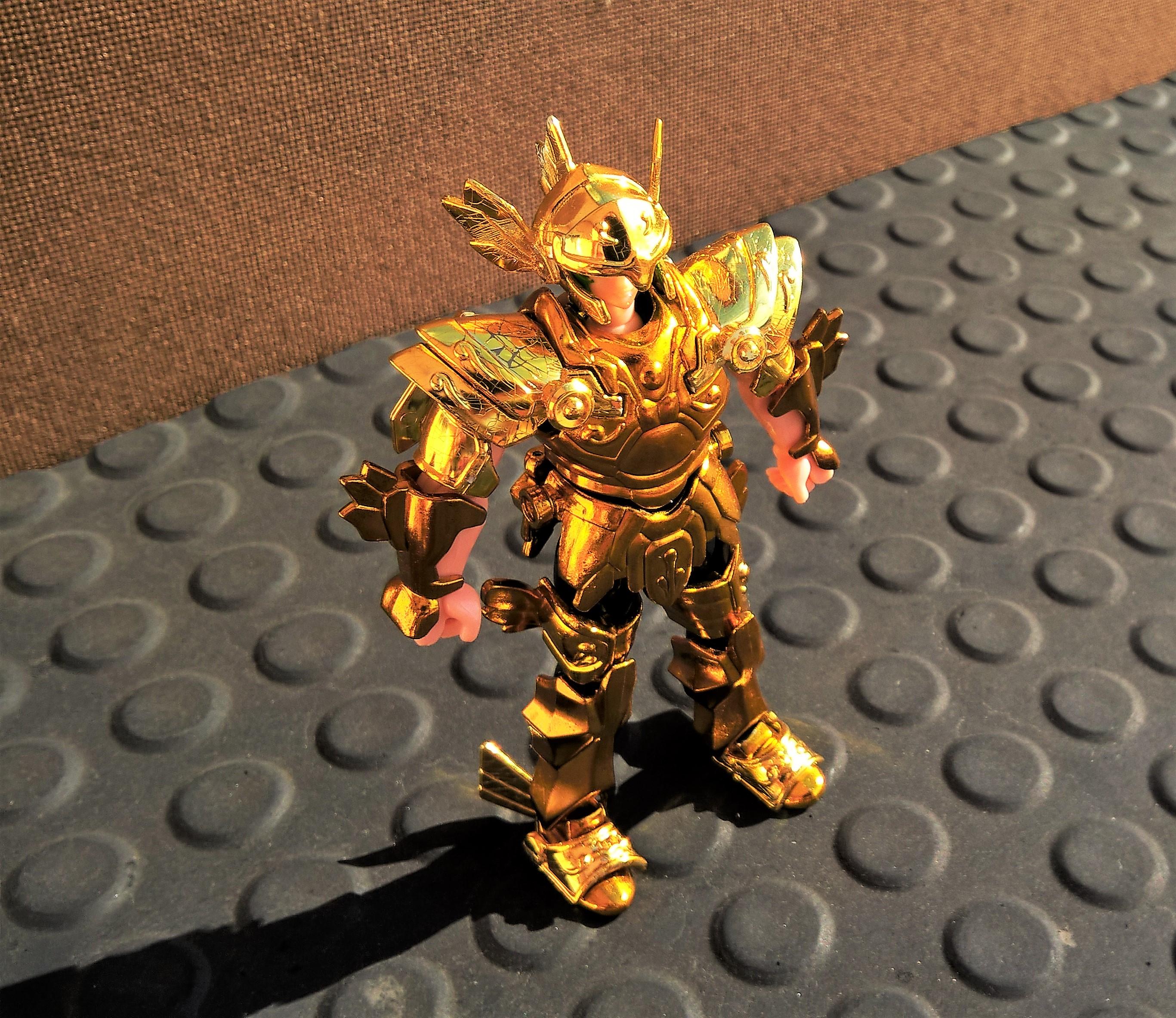 Cavaleiro de Ouro Afrodite de Peixes da coleção de 2003. Detalhe para os rachados na pintura das ombreiras